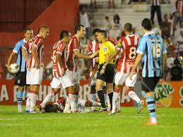DESCONFIANÇA INFUNDADA: Ao saber da notícia, jogadores do Náutico tentaram culpar o juiz e as cores do time pelo rebaixamento.