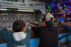 QUADRILHA: A UDN está preparando um belo estande de tiro ao petista para sua próxima festa junina infantil no playstation.